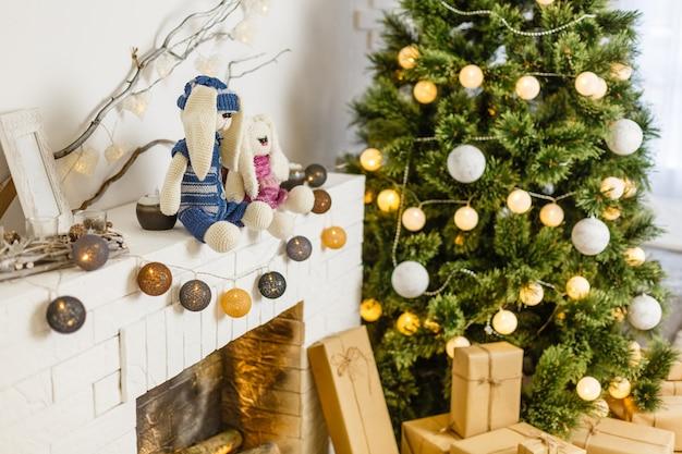 Uma acolhedora sala de estar iluminada com inúmeras luzes decoradas prontas para celebrar o natal.