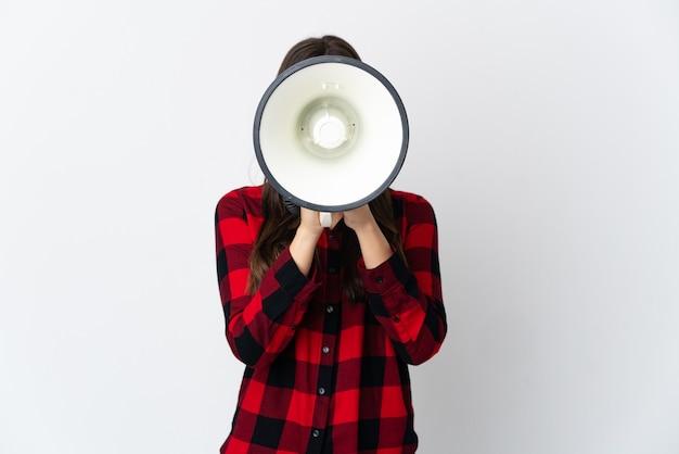 Uma adolescente brasileira isolada em um fundo branco gritando em um megafone para anunciar algo