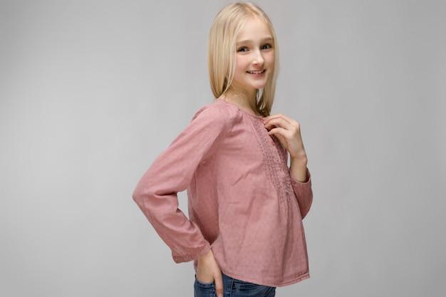 Uma adolescente com cabelos loiros é meio-cara