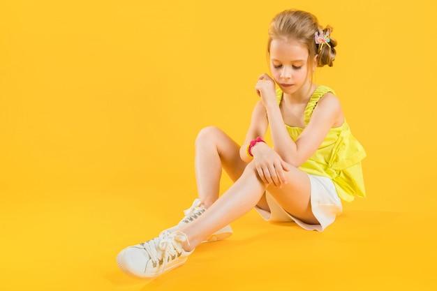 Uma adolescente está sentada