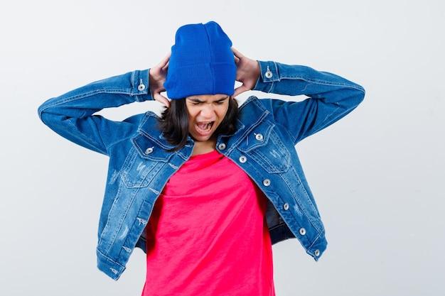 Uma adolescente expressiva posando