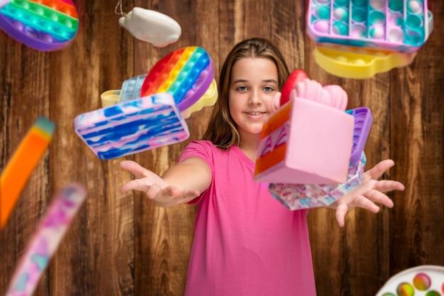 Uma adolescente vomita brinquedos de silicone para anti-stress