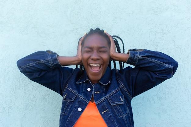 Uma afro-americana cobriu os ouvidos e gritou