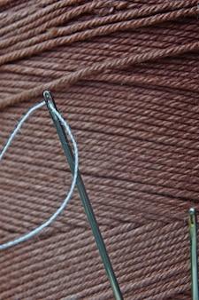 Uma agulha com um fio inserido nela