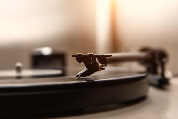 Uma agulha tocando um vinil antigo. vista de close up.