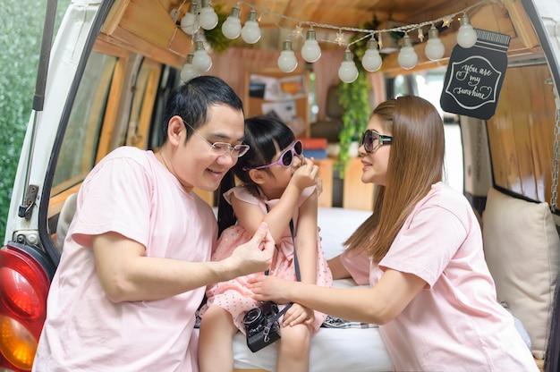 Uma alegre família asiática curtindo uma viagem e uma viagem está indo para férias, viagens e turismo