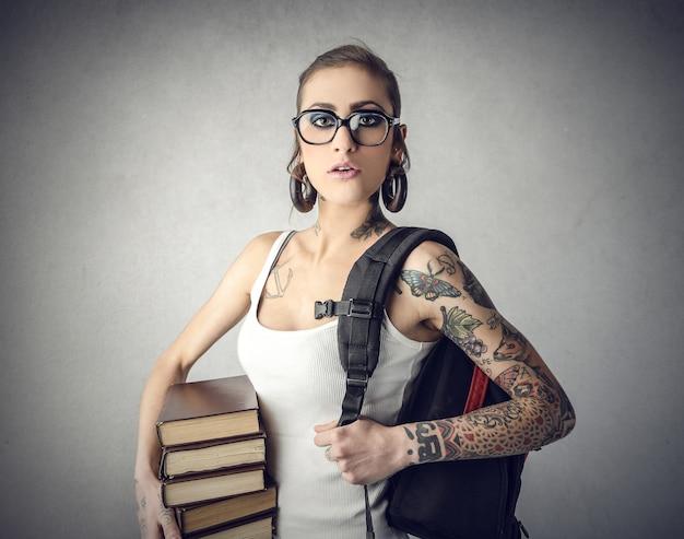 Uma aluna com tatuagem
