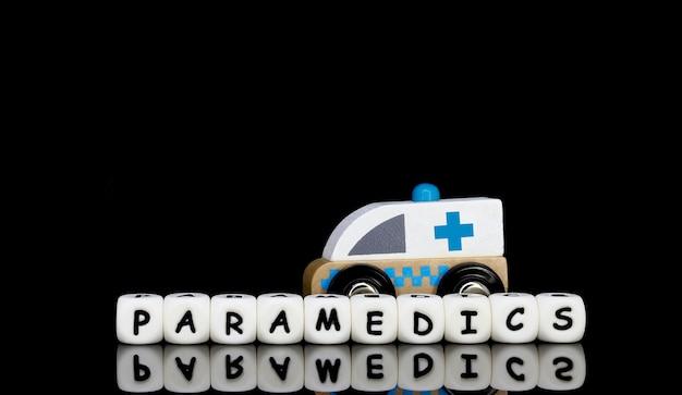 Uma ambulância de brinquedo e uma palavra paramédicos