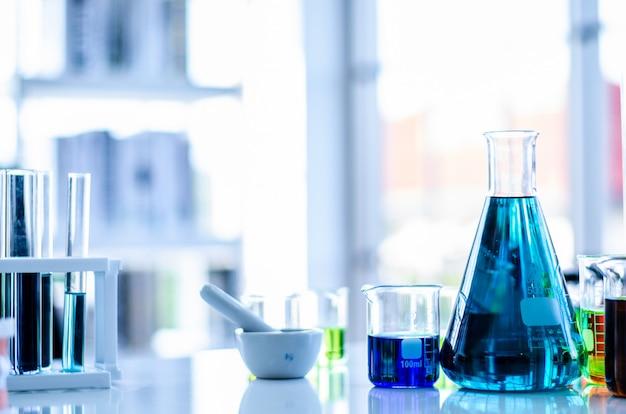 Uma amostra de pipeta em um tubo de ensaio, fundo de ciência abstrata