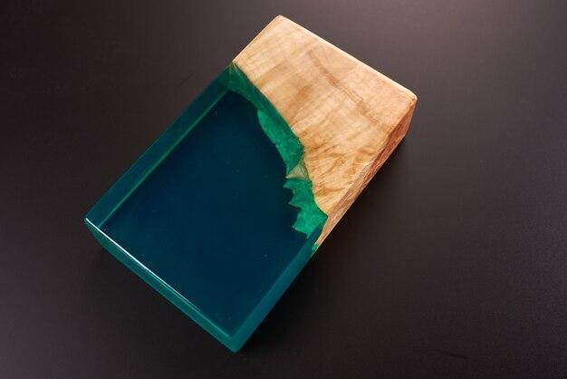 Uma amostra de um pedaço de uma mesa de madeira e resina epóxi. fechar-se.