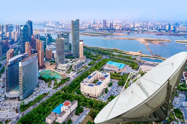Uma antena parabólica acima da cidade