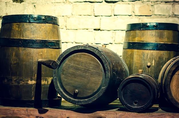 Uma antiga adega com barricas de madeira.