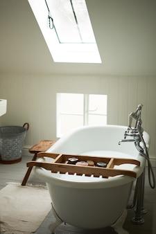 Uma antiga casa de banho vintage com um ambiente de 1930