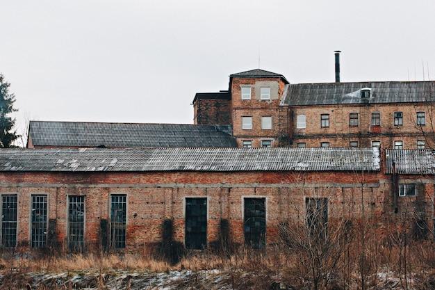 Uma antiga fábrica, paredes de tijolos. imagem enfraquecida