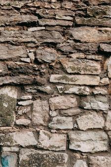 Uma antiga muralha medieval de pedra, um fundo natural, uma réplica do cosmos.