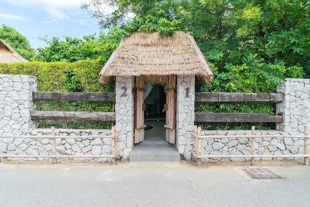 Uma antiga porta de madeira