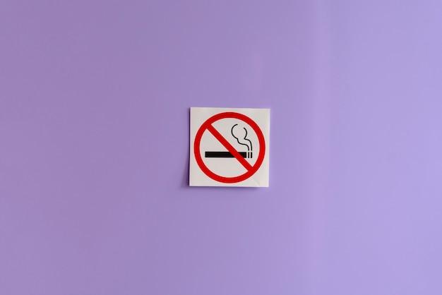 Uma área de símbolo de restrição de não fumar na parede em um local público