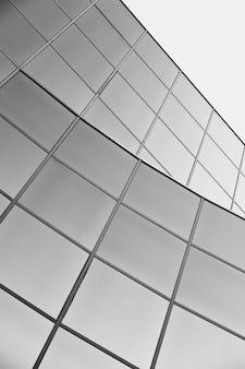Uma arquitetura moderna de vidro baixo ângulo de tiro