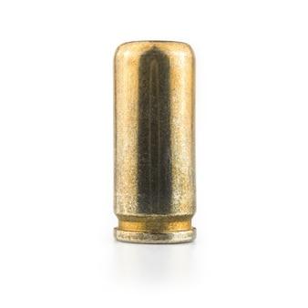 Uma bala de 9 mm isolada em um fundo branco