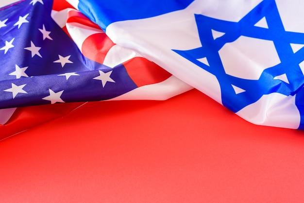 Uma bandeira dos estados unidos e israel, países aliados, com cópia espaço em vermelho.