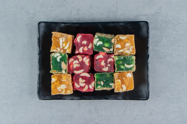 Uma bandeja de delícia turca no fundo de mármore. foto de alta qualidade