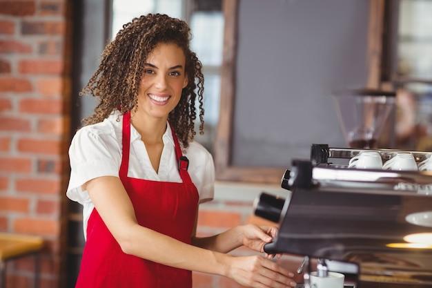 Uma barista sorridente preparando café