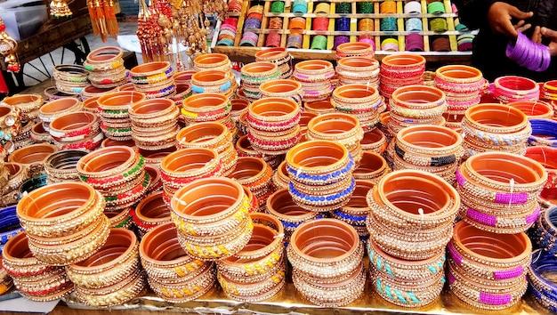 Uma barraca que vende pulseiras femininas. esta pulseira é um ótimo acessório para mulheres da índia e fãs de acessórios tradicionais indianos