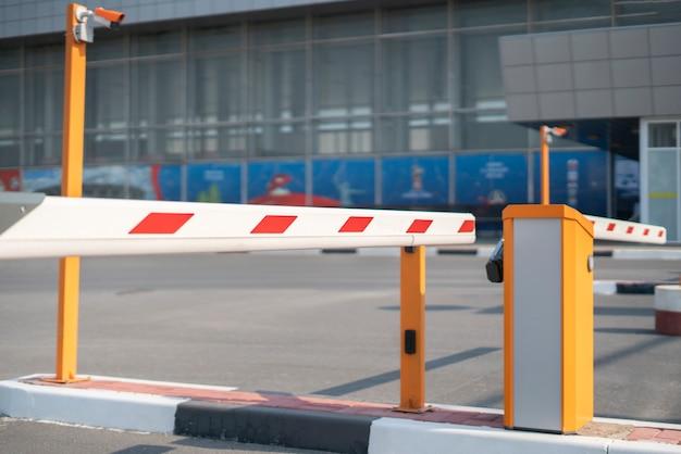 Uma barreira no portão de um carro rodoviário, passe de segurança