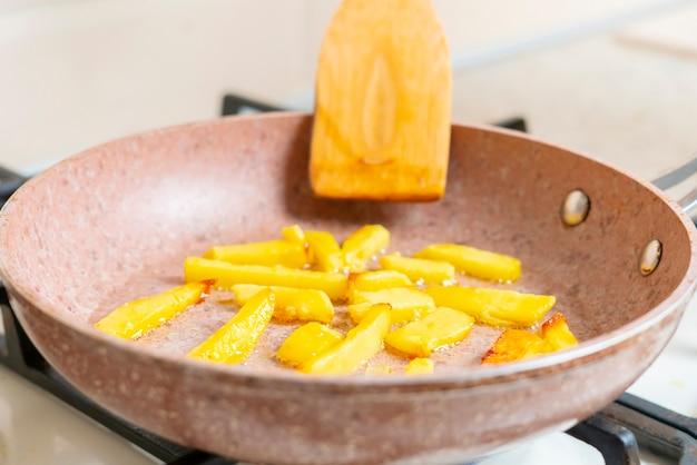 Uma batata frita cozida na frigideira