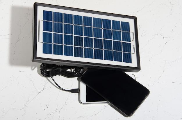 Uma bateria solar portátil para carregar dispositivos em condições de viagem.