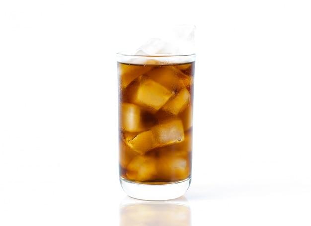 Uma bebida cola em copo com gelo, um fundo branco