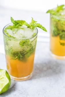 Uma bebida de manga e limão com folhas de hortelã fresca