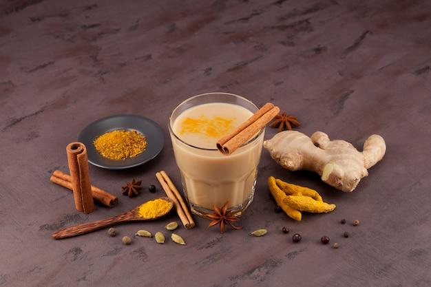 Uma bebida indiana popular, chá karak ou masala chai