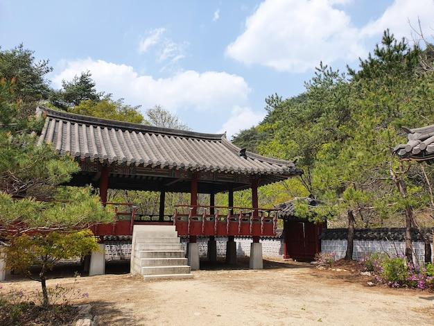 Uma bela cabana de estilo japonês cercada por árvores