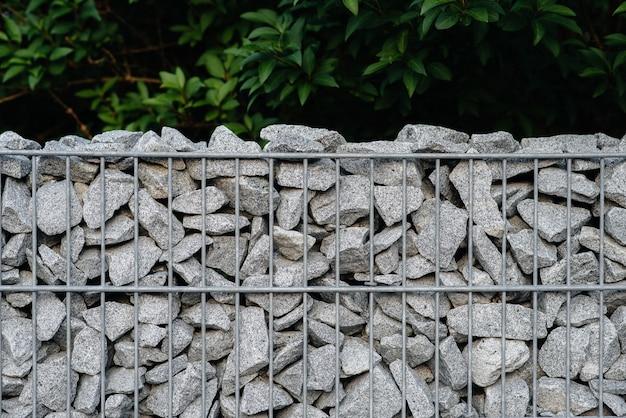 Uma bela cerca texturizada feita de malha e pedras