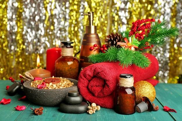 Uma bela composição de presentes de natal em uma mesa de madeira verde contra uma superfície brilhante