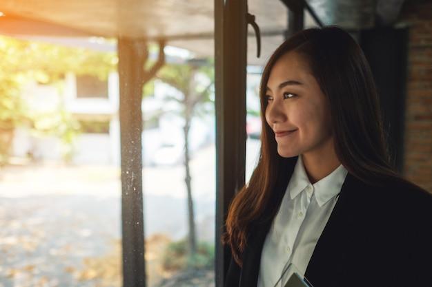 Uma bela empresária asiática em pé no escritório