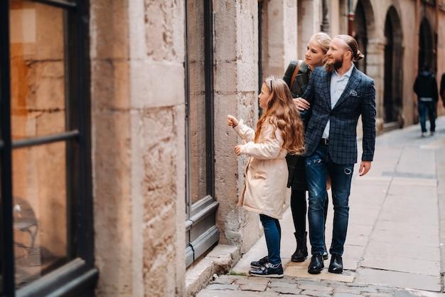 Uma bela família com passeios pela cidade velha de lyon, na frança. viagem em família às cidades antigas da frança.