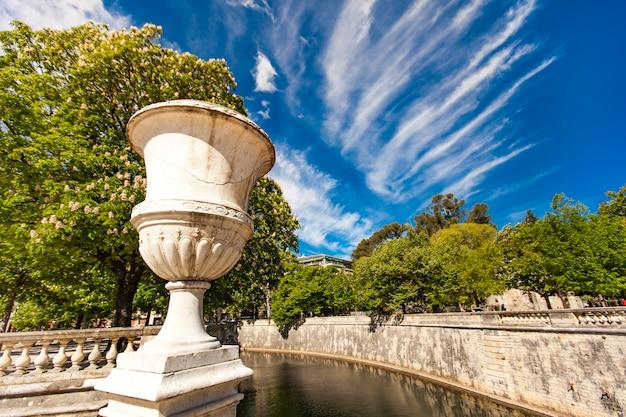 Uma bela fonte no jardin de la fontaine em nimes, frança