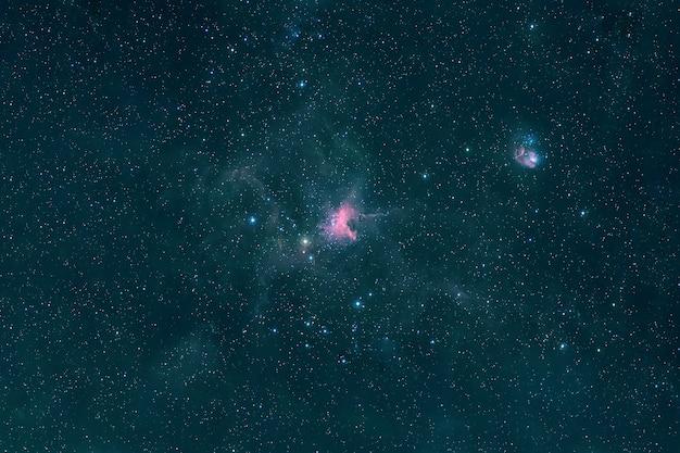 Uma bela galáxia verde no espaço profundo. os elementos desta imagem foram fornecidos pela nasa