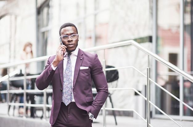 Uma bela jovem afro-americana que pensa em uma idéia séria. confiante na tomada de decisões de negócios.