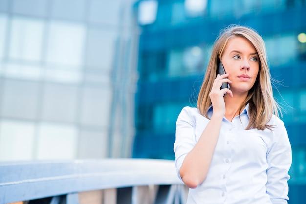 Uma bela jovem agente imobiliária mulher no telefone