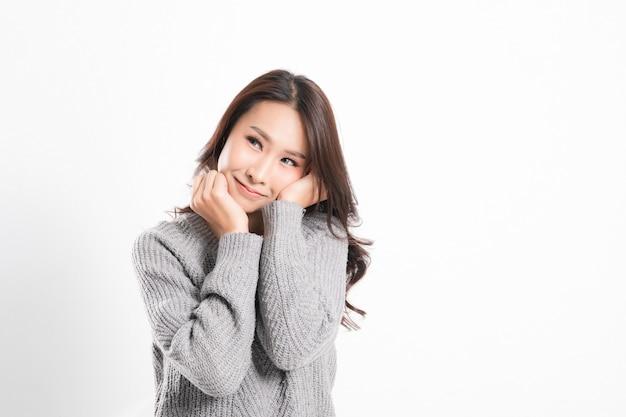 Uma bela jovem asiática posando