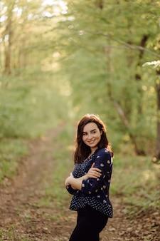 Uma bela jovem caminhando na floresta