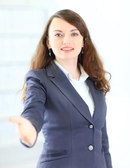 Uma bela jovem empresária sorridente, feliz e sorridente