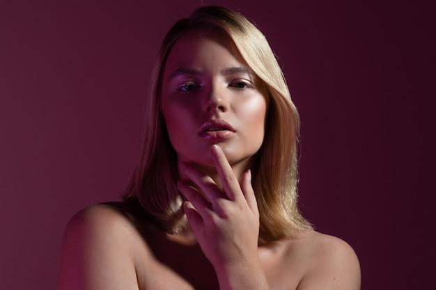 Uma bela jovem loira com pele limpa e radiante