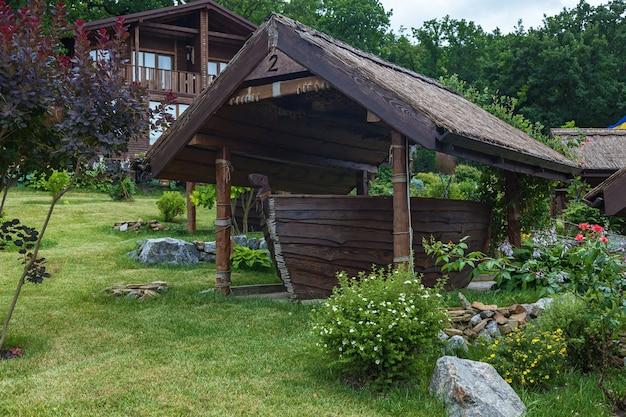 Uma bela mesa em forma de barco sob um teto de madeira no