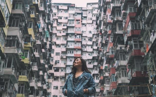Uma bela mulher asiática em meio ao lotado edifício residencial da comunidade em quarry bay, hong kong