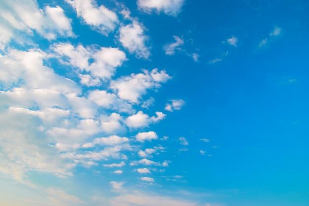 Uma bela paisagem de nuvens pode ser usada como fundo