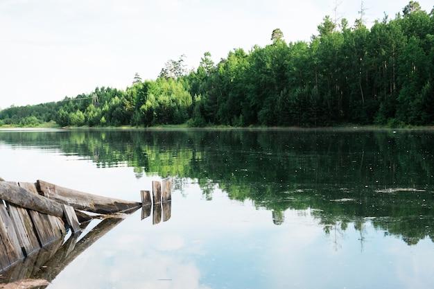 Uma bela paisagem - inundações na margem do rio e inundação de edifícios na margem. desastre natural e destruição.